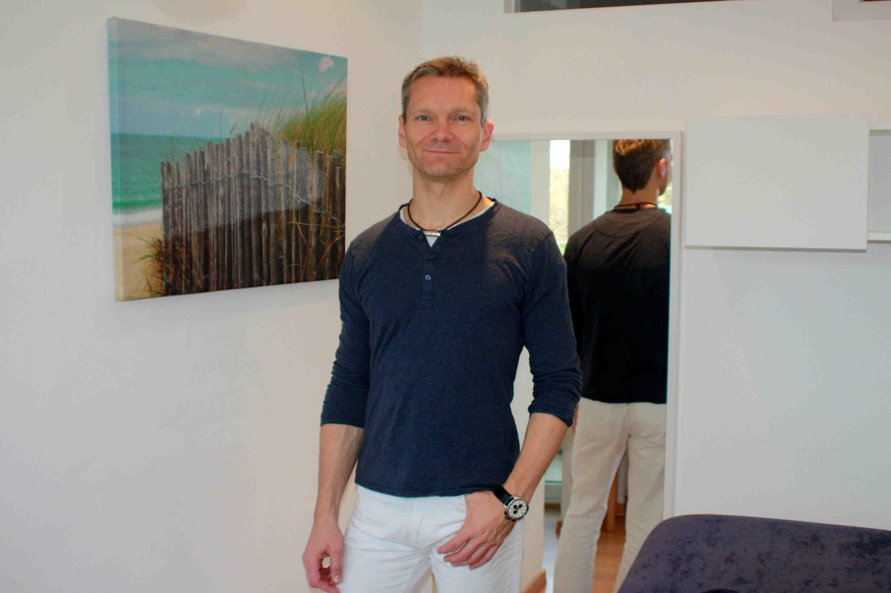 Matthias Piehl - Portrait im Behandlungsraum - Praxis in Köln