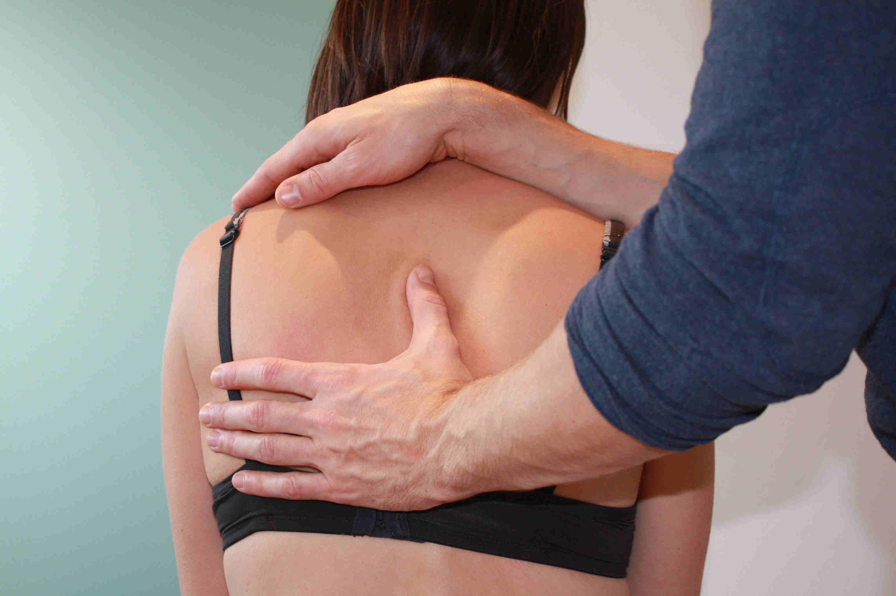 Matthias Piehl behandelt eine Rücken einer Frau - Osteopathie Köln
